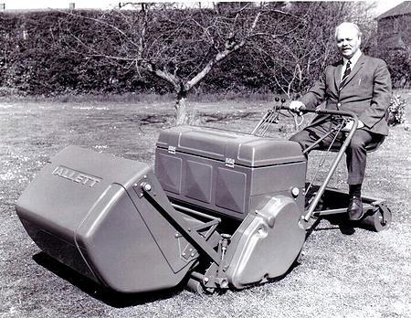 La première tondeuse ALLETT avec son créateur : Reg Allett